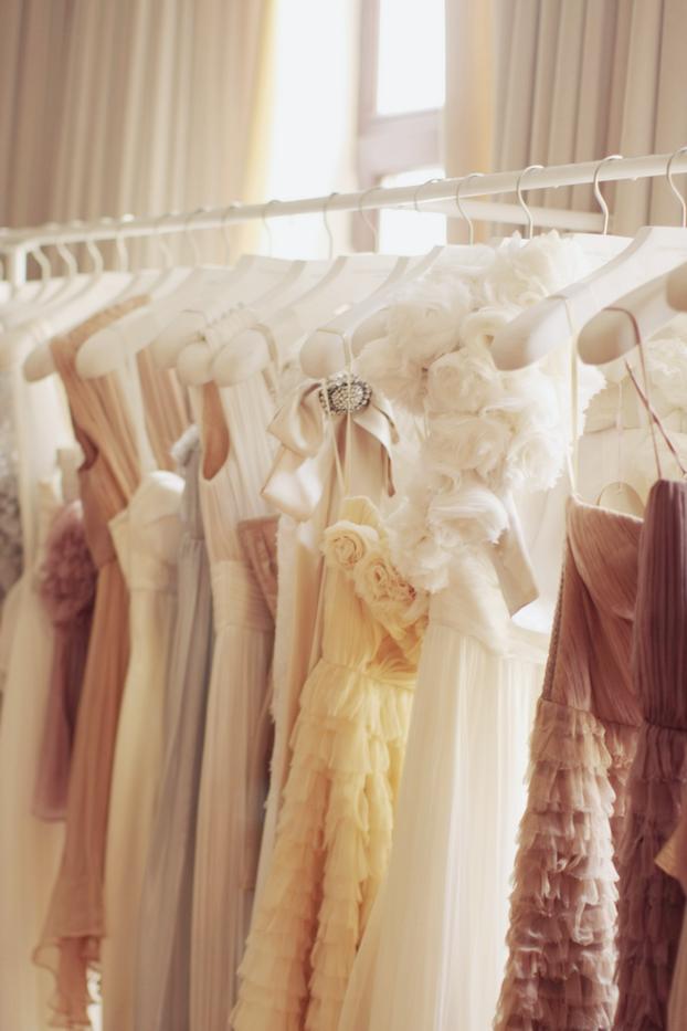Фото платья на вешалке